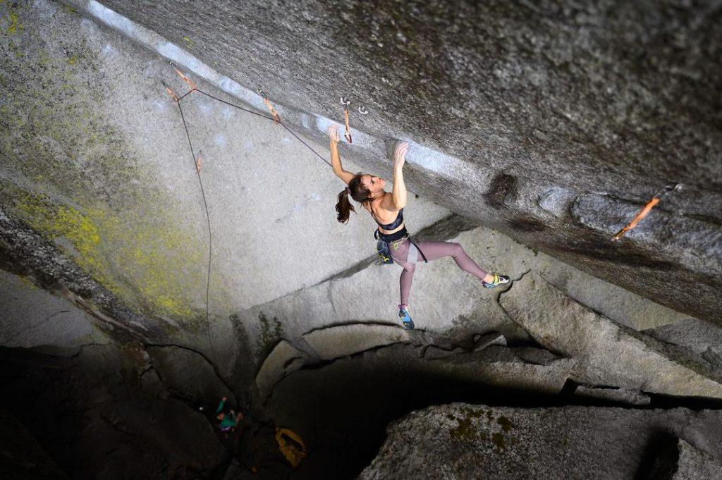 Paige Claassen escalando en Squamish
