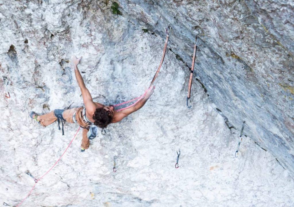 Alex Garriga escalando en La Hoya de la Leze