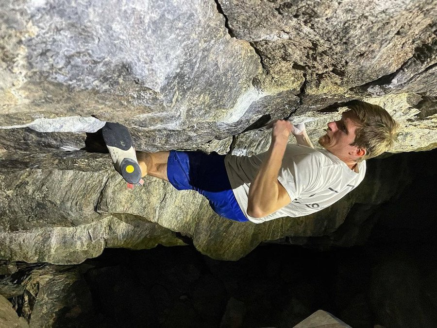 Dylan Barks haciendo boulder en RMNP