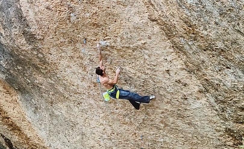 Ramon Julián escalando en Margalef