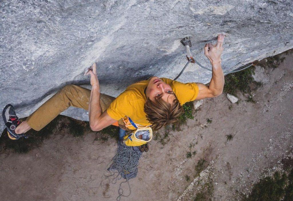 Alex Megos escalando al flash