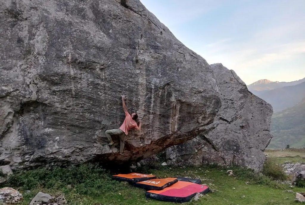 Nacho Sánchez escalando en La Collada de Quirós